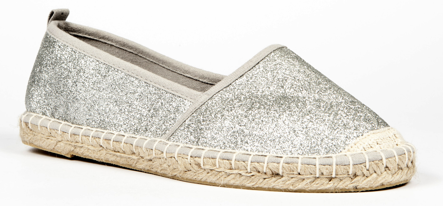 Las alpargatas, popular calzado tradicional del verano, no se trata sólo de una zapatilla plana con suela de esparto. Hoy en día este tipo de calzado ha